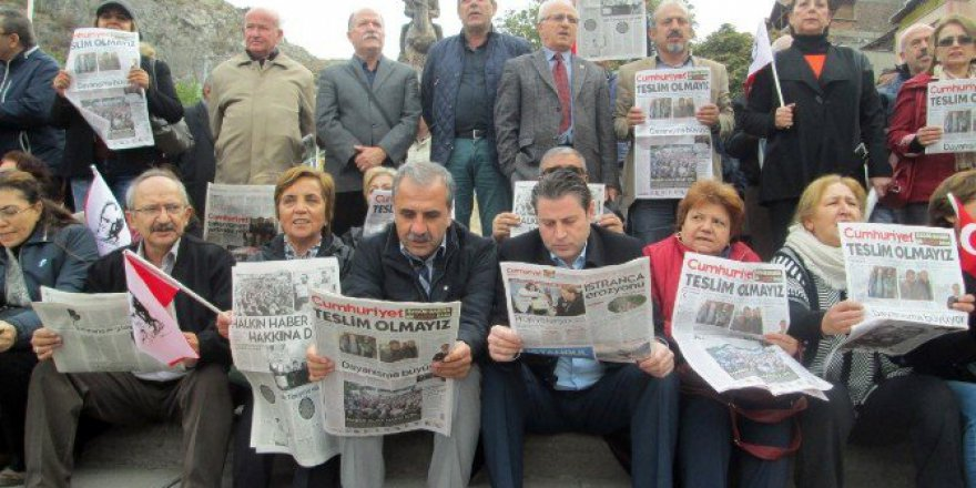 Amasya'da CHP'lilerden Sessiz 'Cumhuriyet Gazetesi' Protestosu