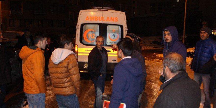 Erzurum'da Uyuşturucu Madde Alıp Sızan Kız'ı Vatandaşlar Donmak Üzereyken Kurtardı