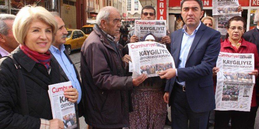 Malatyalı CHP'liler Cumhuriyet Gazetesi Dağıttı
