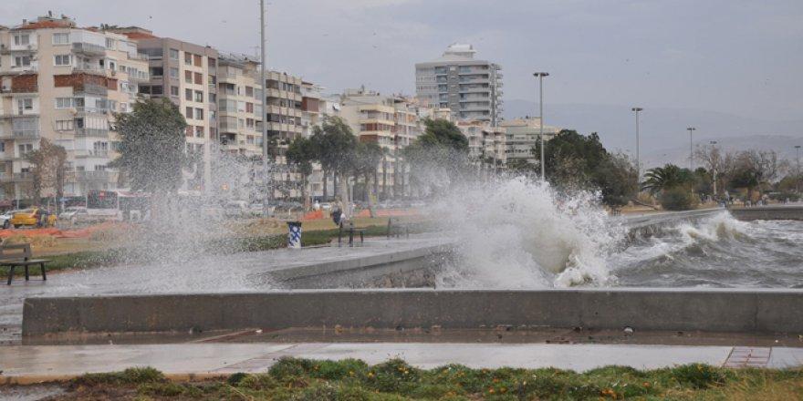 İzmir'de lodos hayatı felç etti