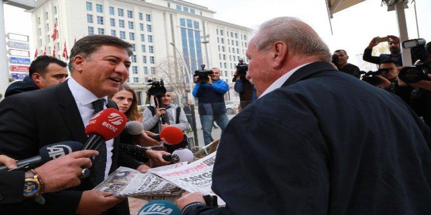 CHP'li Murat Emir Tepki İçin Cumhuriyet Gazetesi Dağıttı