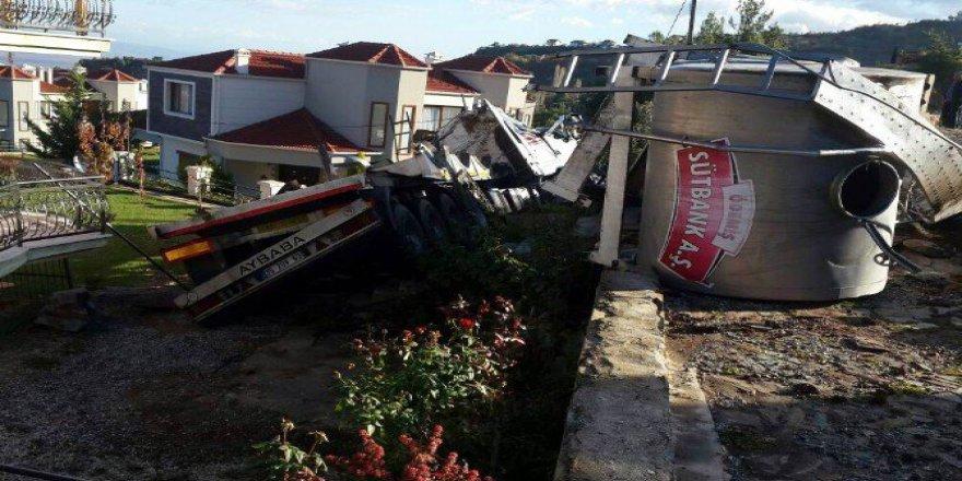 Salihli'de Süt Tankeri Villanın Bahçesine Uçtu: 1 Yaralı