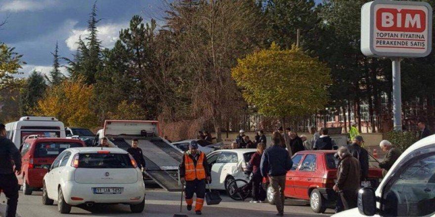 Bilecik, Bozüyük'te 5 Aracın Karıştığı Zincirleme Trafik Kazası: 1 Yaralı