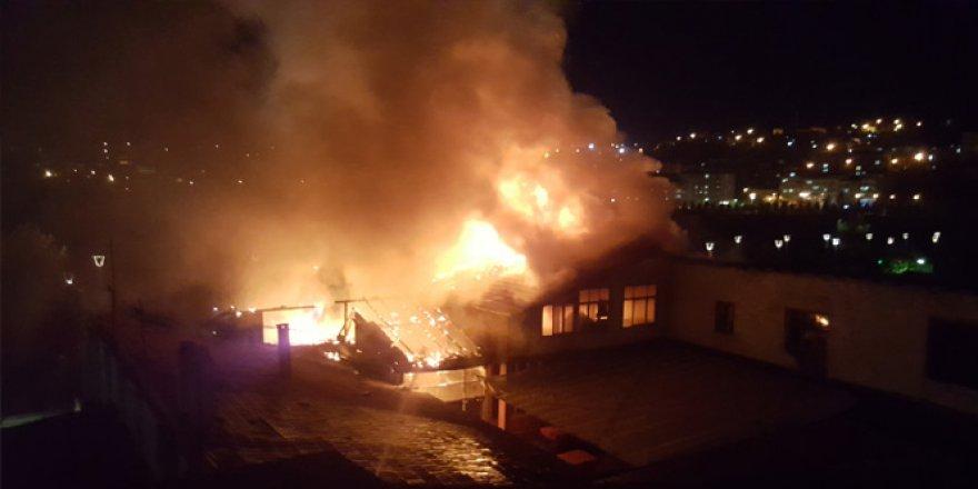 Karabük'te lokanta çatısında başlayan yangında bina küle döndü