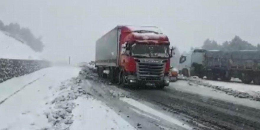 Sivas'ta yoğun kar yağışı onlarca aracı yolda bıraktı