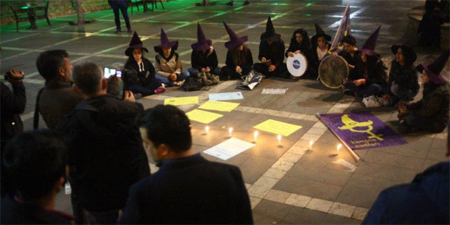 Adana'da cinsel istismar önergesine cadı şapkalı protesto