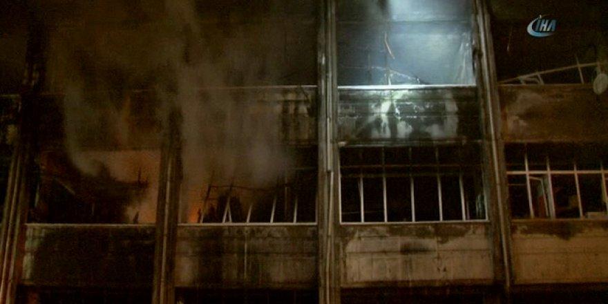 Bayrampaşa'daki yangında soğutma çalışmaları gece saatlerinde de devam etti