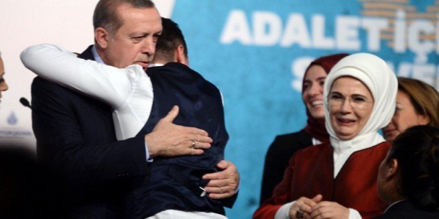 Sahneye Atlayıp  Erdoğan'a Sarıldı