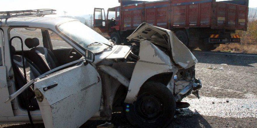 Elazığ'da 17 Yaşındaki Gencin Kullandığı Otomobil Kamyonla Çarpıştı: 2 Ağır Yaralı