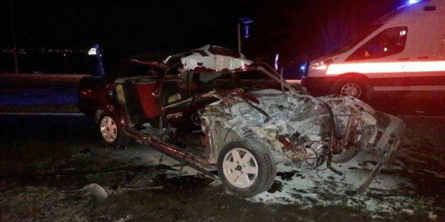 Çivril'de Otomobil Traktöre Çarptı: 1'i Ağır 3 Yaralı