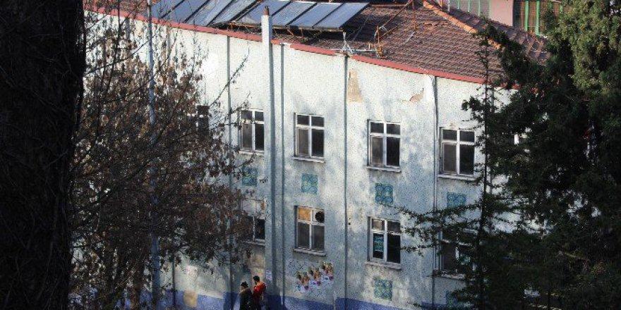 Eski Öğretmen Evindeki Kırılan Güneş Enerjisi Panelleri Tehlike Saçıyor