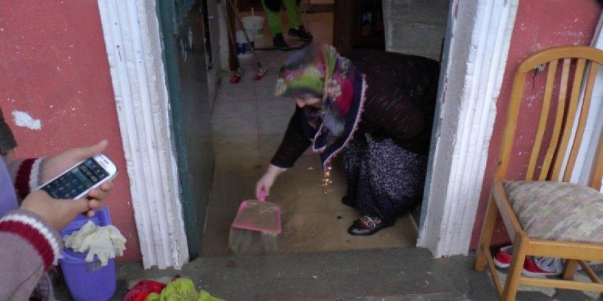 İstanbul Sancaktepe'de çok sayıda evi su bastı