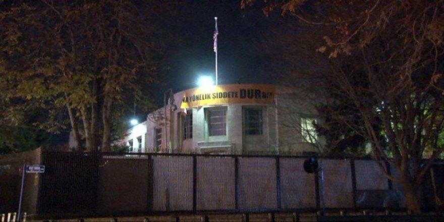 (ABD) Ankara Büyükelçiliği'ne Türkçe Pankart Asıldı