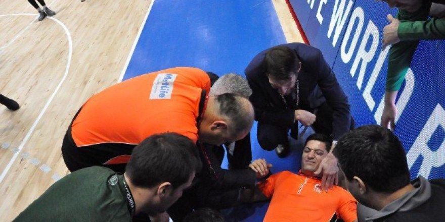 Darüşşafaka Doğuş-Muraybey Uşak Karşılaşmasında Basketbolcular Hakemin Üzerine Düştü!