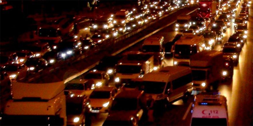 İstanbul'da Etkisini Gösteren Sağanak Yağış Trafiği Felç Etti