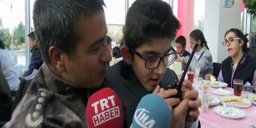 Engelli çocuk polis telsizinden anons yaptı
