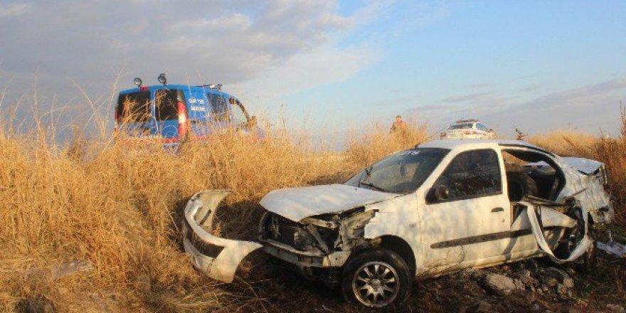 Salihli'de Otomobil Tarlaya Uçtu: 1 Ölü, 5 Yaralı