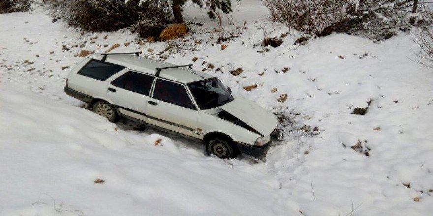 Kastamonu'da Karda Kayan Otomobil Dereye Uçtu: 2 Yaralı
