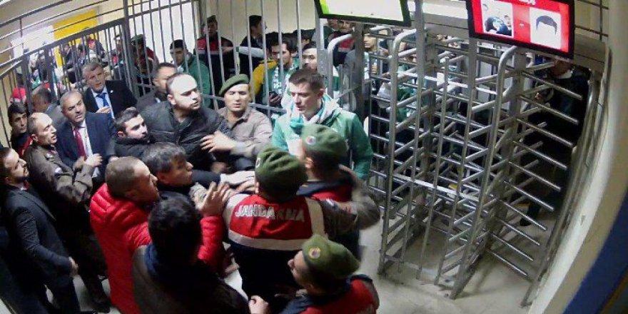 Konyasporlu Taraftarlar Stadı Savaş Alanına Çevirdi