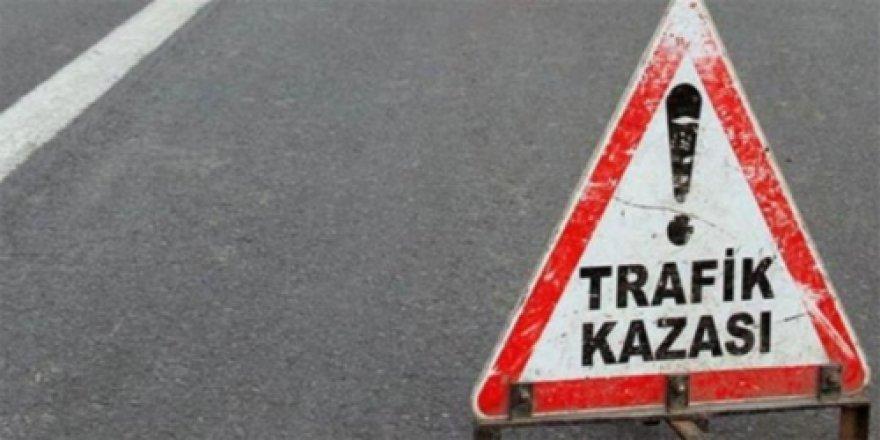 Manavgat'ta Otomobil Traktör Römorkuna Çarptı: 4 Yaralı