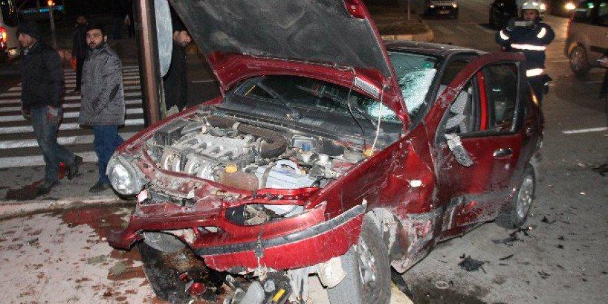 Elazığ'da Minibüs İle Otomobil Çarpıştı: 2 Yaralı