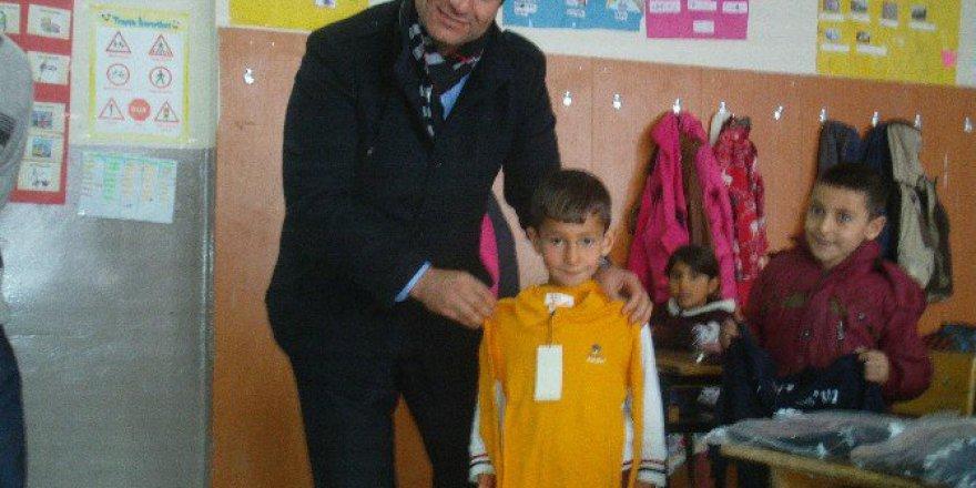 İş Adamı Orhan Özbey'den Öğrenciler Giyim Yardımı