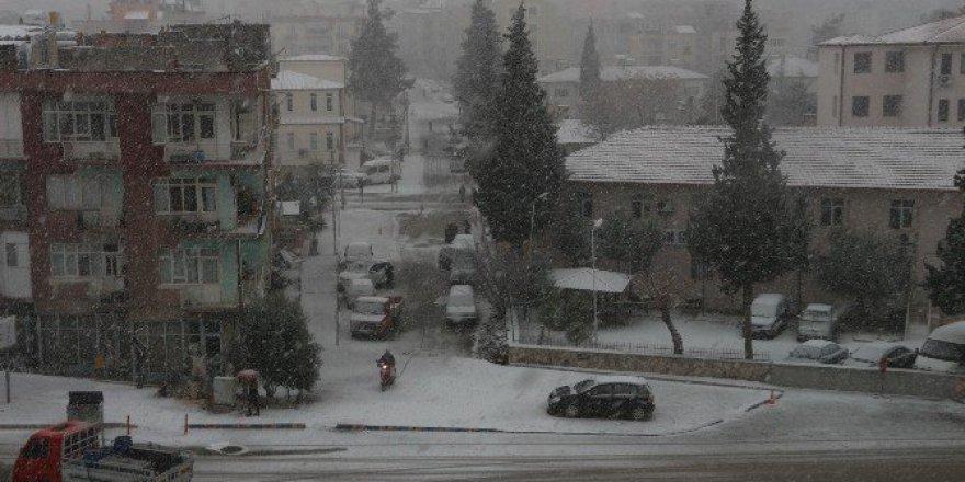 Mut'ta 20 Yıl Sonra İlk Kez Kar Yağdı