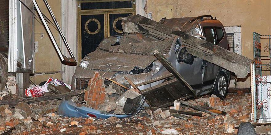 Beyoğlu'nda Metruk Binanın Duvarı Çöktü