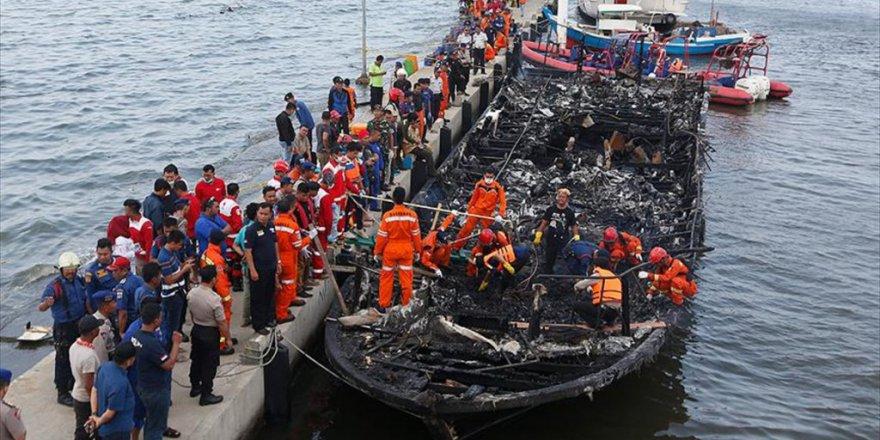 Endonezya'da Yolcu Taşıyan Teknede Yangın Çıktı: 23 Ölü