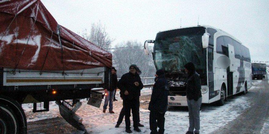 Kütahya'da Yolcu Otobüsü İle Tır Çarpıştı