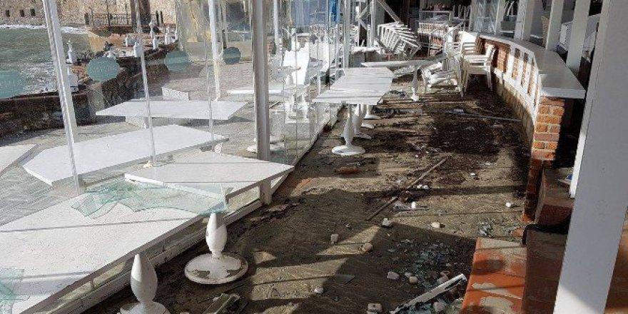 Alanya'da Dev Dalgalar Bir Restoranı Yerle Bir Etti