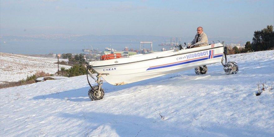 Salih Çakan'dan Kar Üzerinde 'Tekneyle' Gezinti