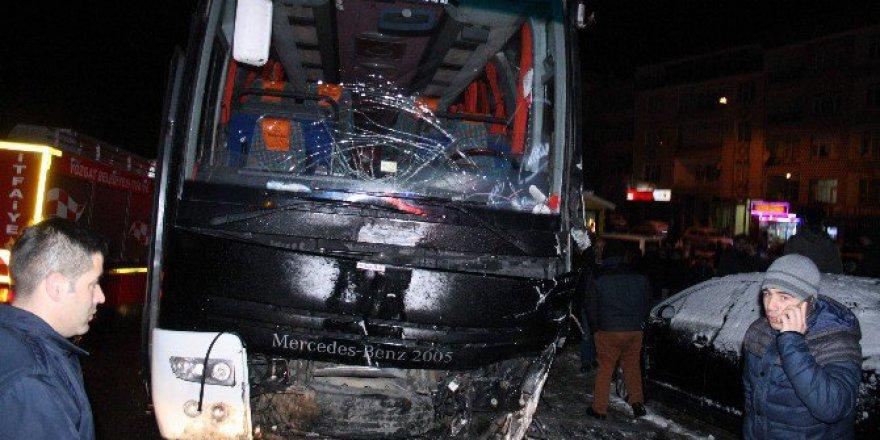 Cenaze Töreni Sonrası Yolcu Otobüsü Kaza Yaptı: 4 Yaralı