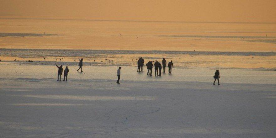Buz Tutan Beyşehir gölünde Tehlikeli Yürüyüş