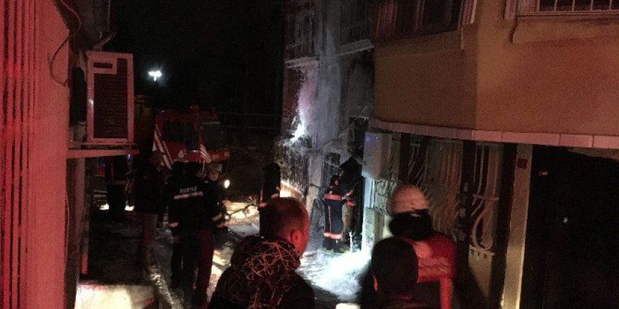 İstanbul'da Ahşap Binada Çıkan Yangın Yan Binalara Sıçradı