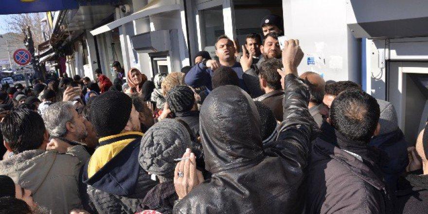 Siverek'te Suriyelilerin Kızılay Kart İzdihamı