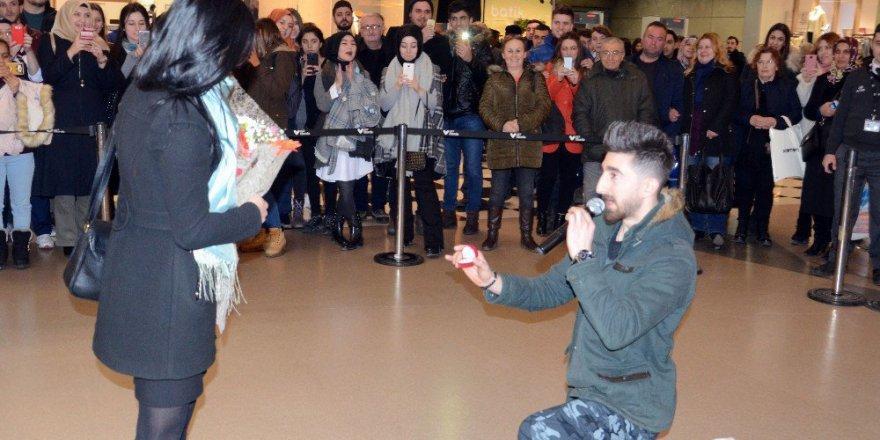 Sevgililer Günü'nde 67 Burda AVM Ortasında Evlenme Teklifi