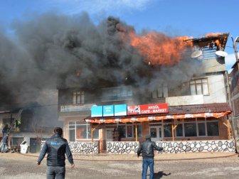 Sivas, Koyuhisar'da Üç Katlı Binada Çıkan Yangın Korkuttu
