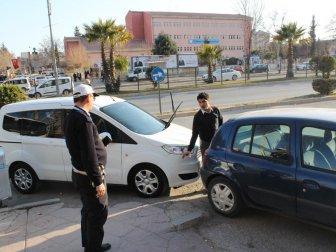 Adıyaman'da Kaldırım Önünde Yayaların Geçişine Engel Olan Araçlara Ceza Yazıldı