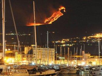 Sicilya Adası'ndaki Etna Yanardağı Faaliyete Geçti