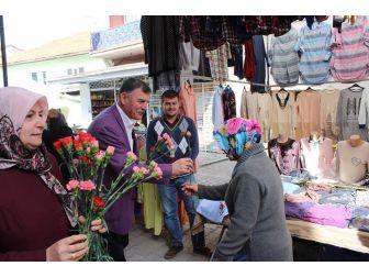 Başkan Duymuş, Pazarı Gezdi Bayanlara Karanfil Dağıttı