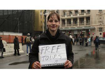 Ücretsiz Turist Gezdirip Geçimini Bahşişle Sağlıyor