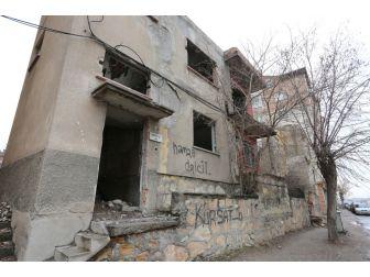 Sivas'ta Tehlike Saçan Metruk Binalar Yıkılıyor
