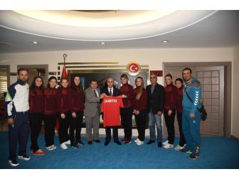Şakirpaşa Halk Eğitim Merkezi Bayan Hentbol Takımı'ndan Vali Demirtaş'a Forma