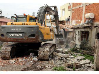 Toroslar'da Metruk Binalar Yıkılıyor