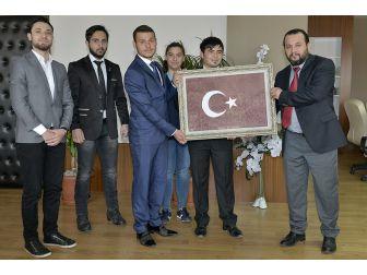 Öğrenciler, Bir Damla Kanla Oluşan Türk Bayrağı Portresini Rektör Akgül'e Hediye Etti