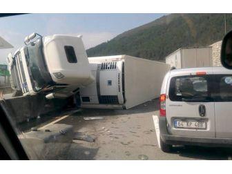 Devrilen Tır Karşı Şeritteki Otomobile Çarptı: 3 Yaralı