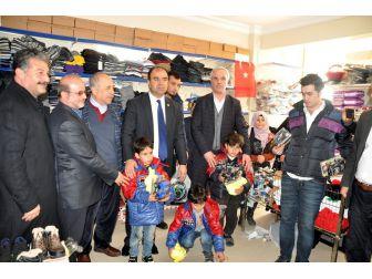 100 Suriyeli Yetime Kıyafet Yardımını Giydirdi
