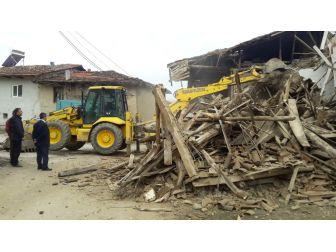 Pazarlar'da Metruk Binaların Yıkımına Devam Ediliyor