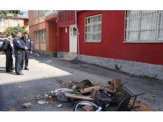 Ağabeyi İle Kavga Edip Kendini Eve Kilitleyen Kişiyi Polis İkna Etti